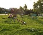 Pobliski plac zabaw dla dzieci.